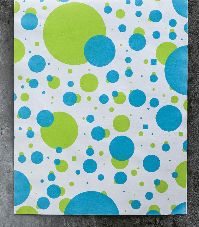 使用100%手工種子紙,絹版印刷Screen Print,使用完可種入土壤,內含金雞菊種子。Plant it! Water it! Watch it grow! 種子包裝紙  Plantable Gift Wrapping Paper 送禮包裝與手工創作的綠選擇:種子包裝紙。由可種植種子紙印製,紙張裡的黑色顆粒就是花朵種子,使用後請勿丟棄它,請種下它。多付出一些愛心與耐心,就會看見種子發芽生長,並開出幸福的花兒! 印刷方法 為了保護種子的生長性,同時襯托手工紙的特殊質地,我們特別使用絹版印刷(Scree